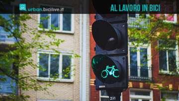 foto di un semaforo in una città