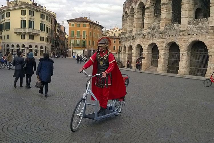 La fitness bike Lopifit guidata da un centurione romano di Verona