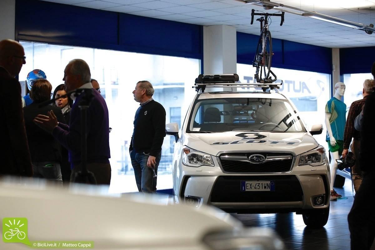 Un SUv Subaru con una bici sul tetto in un concessionario