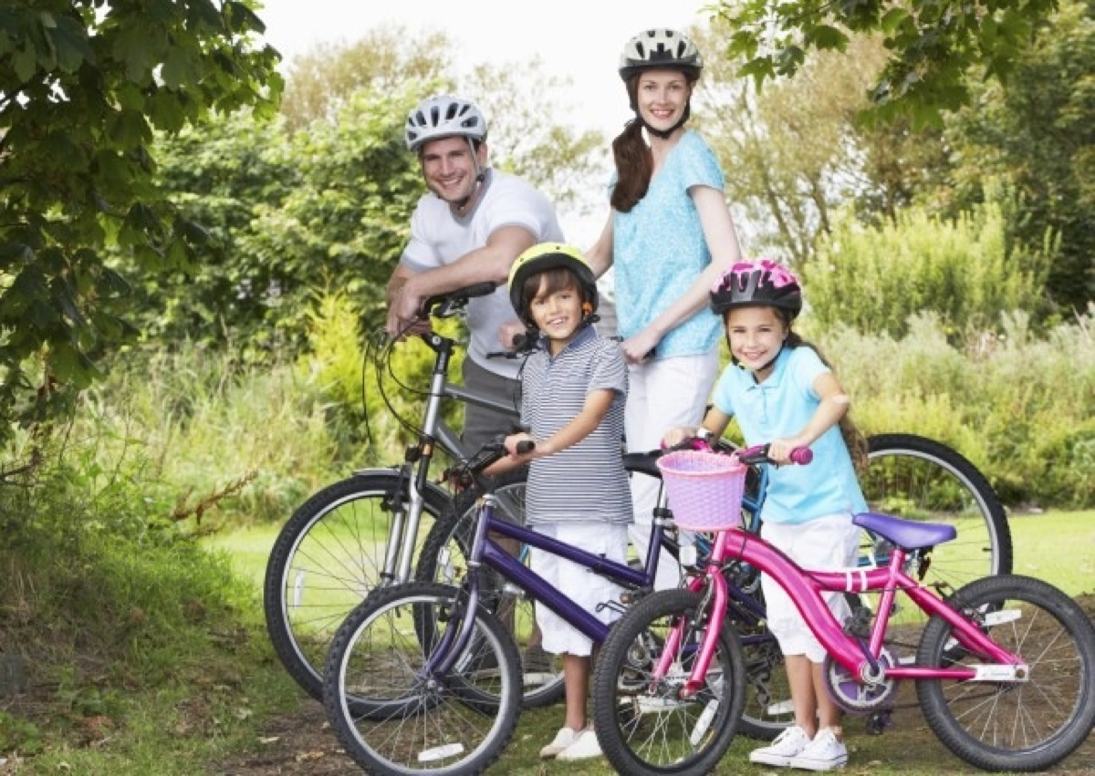 Una famiglia intera in sella a delle biciclette