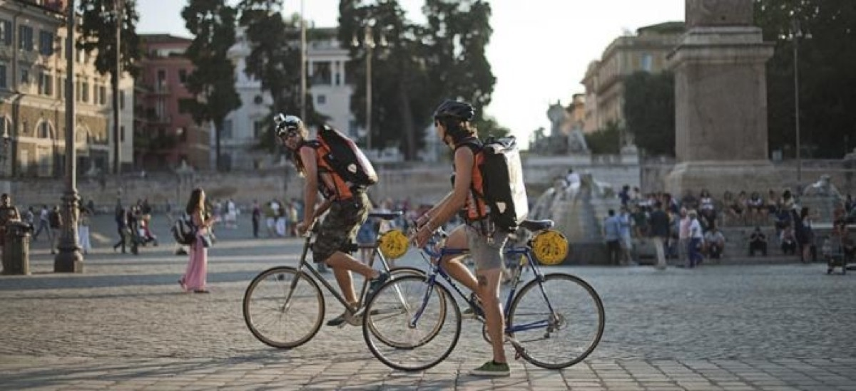 Due ciclisti in città