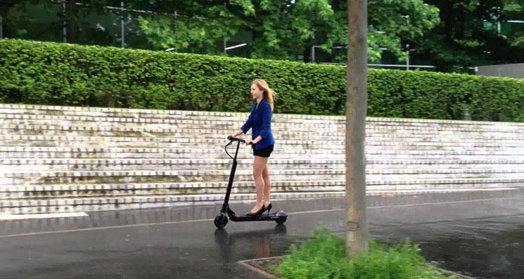 Una ragazza a borso di un monopattino elettrico Egret One-S