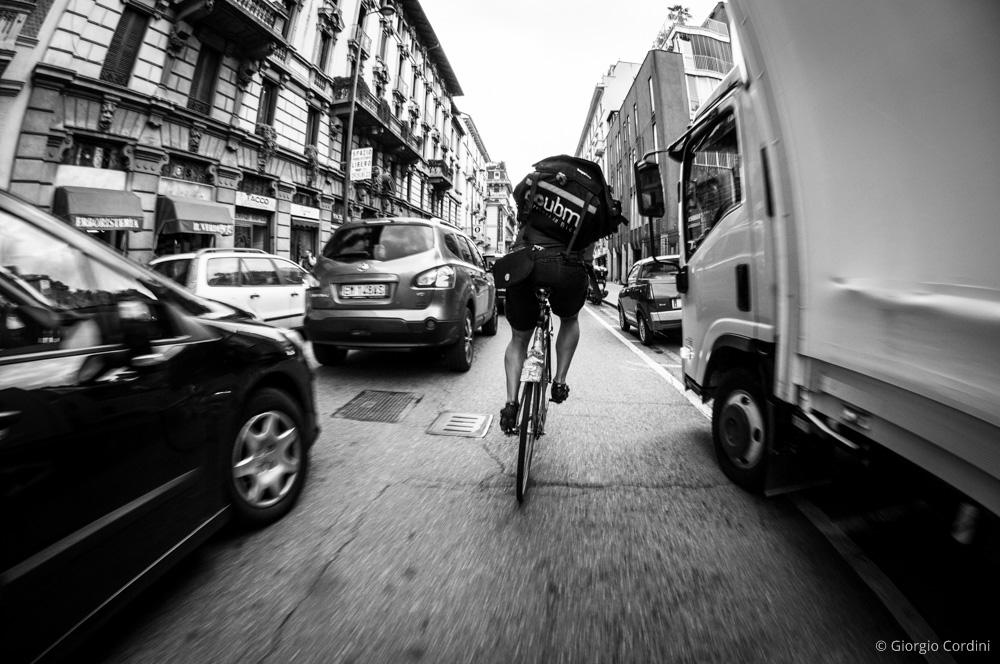 Un corriere UBM in bicicletta per le vie di Milano