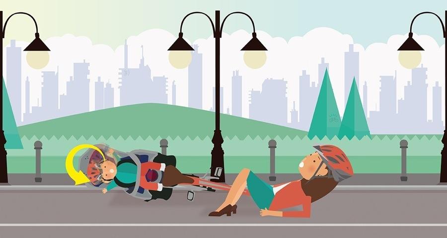 Seggiolino bici: è importante indossare sempre il casco, genitore e bambino sul seggiolino bici