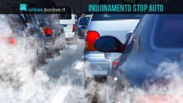 Una foto di automobili che inquinano l'aria nelle città