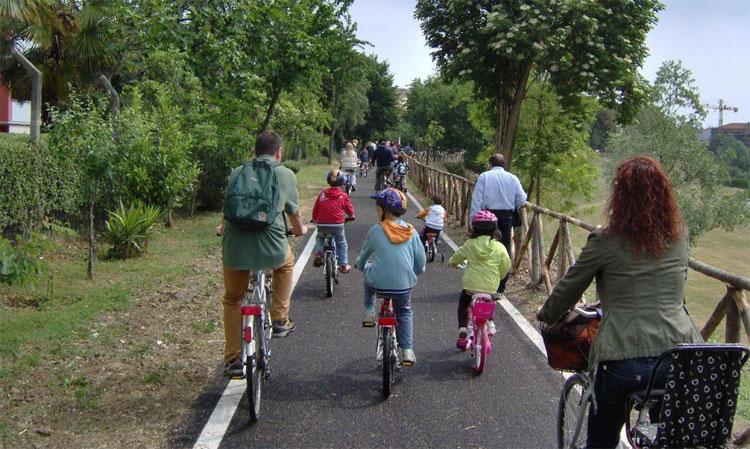 La foto di una pista ciclabile gremita di ciclisti e famiglie