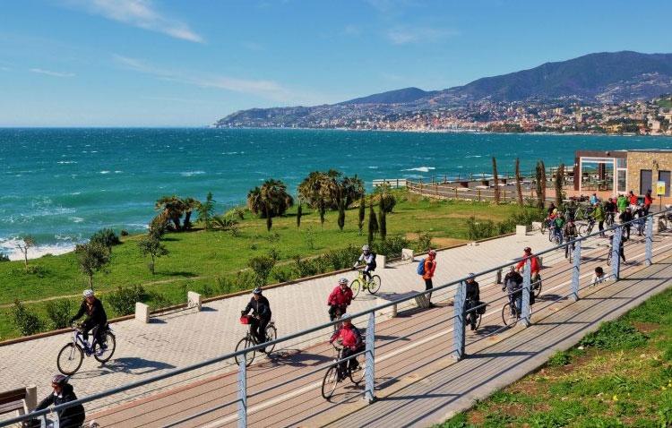 Una foto della Cycling Riviera, la pista ciclo-pedonale sul mar Ligure, con punti ristoro, bike sharing e ricchezza floreale