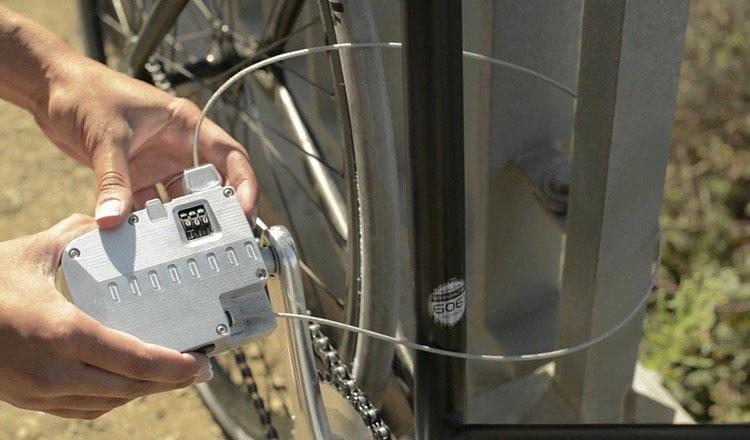 Una bicicletta assicurata per mezzo del cavo dell'antifurto Pedal Lock