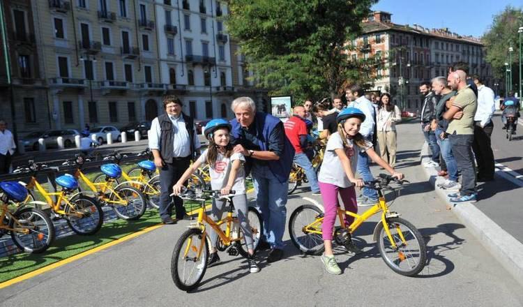 Bambini a Milano che usano il servizio di bike sharing BikeMI Junior