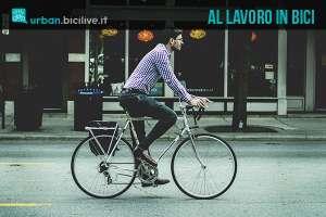 Un ciclista in salute mentre va al lavoro in bicicletta