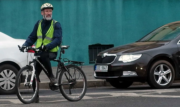 Un ciclista anziano ma in salute per le vie della città