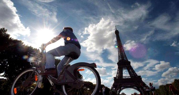 La foto di un lavoratore francese che riceverà soldi se si richerà in ufficio in bici
