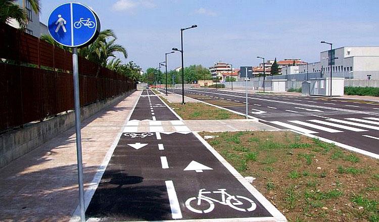 Una pista ciclabile in ambiente urbano