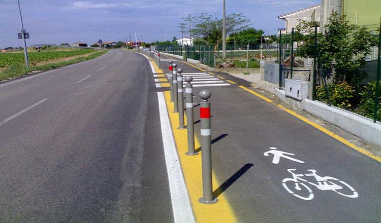 Una pista ciclabile affiancata da una strada per automobili