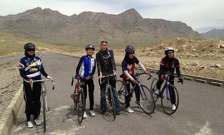 Una foto di gruppo per le ragazze cicliste afghane