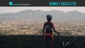 donna di spalle con bicicletta a Gerusalemme