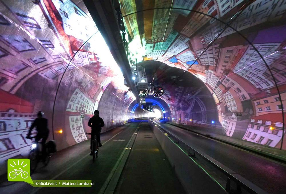 Il tunnel della Croix Rousse di Lione è dotato di una gallerie riservata a mezzi pubblici, pedoni e bici.