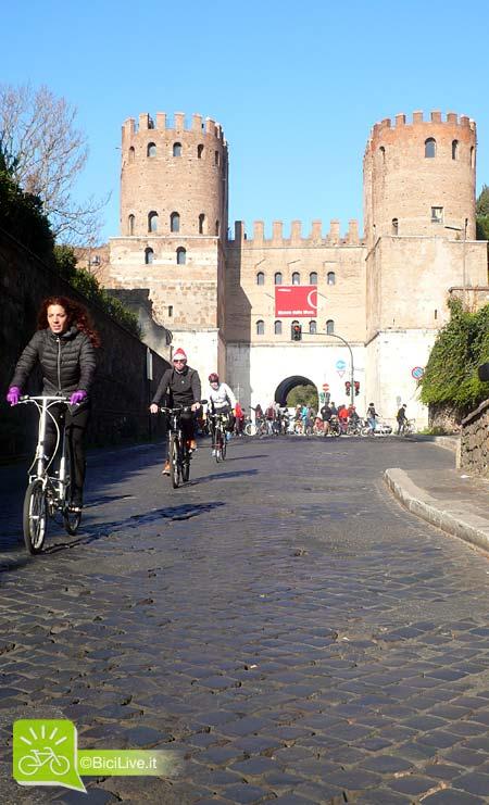 Alcune biciclette scendono da Porta San Sebastiano, uno dei due punti bloccati durante la manifestazione