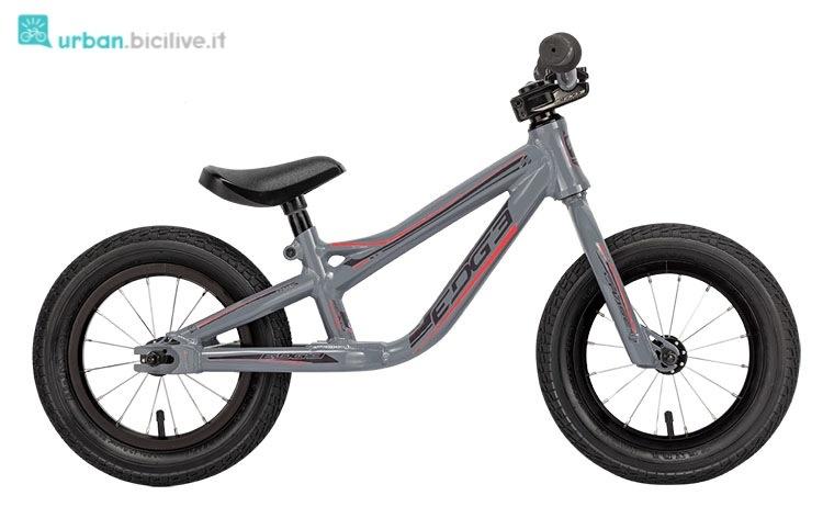Balance bike del marchio Edge nella versione grigia.