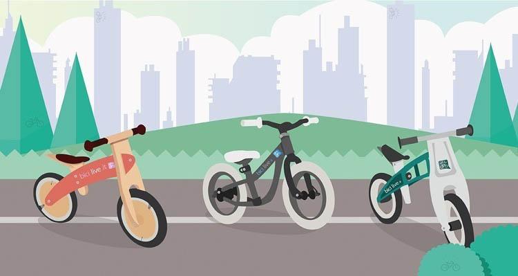Nell'immagine sono mostrate tre tipologie di bici senza pedali: in legno, in metallo e in materiale plastico stampato.