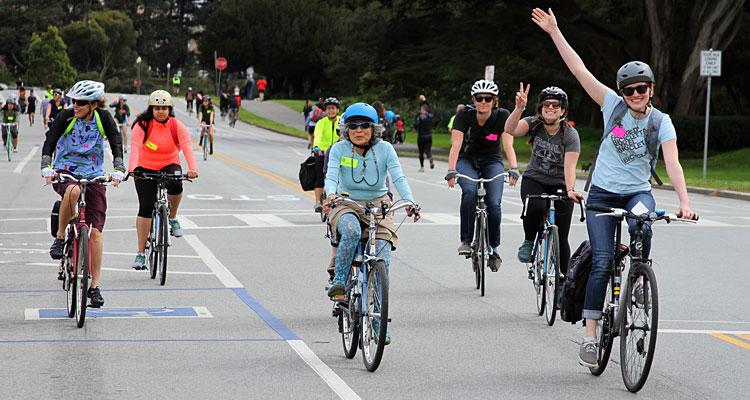 Alcuni ciclisti pedalano in una pista ciclabile