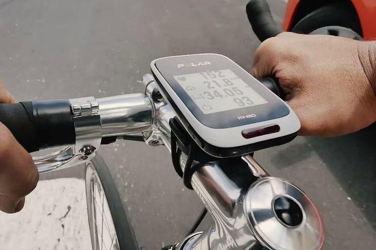 Il ciclocomputer Polar M450 montato sul manubrio di una bici