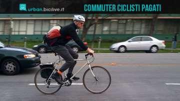 Un lavoratore che usa la bici per andare al lavoro