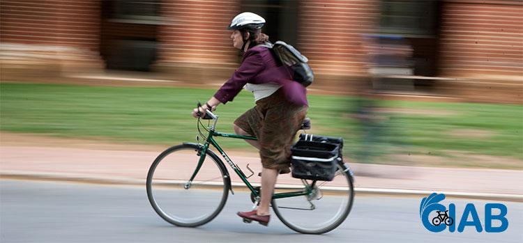 Una ciclista che si reca al lavoro pedalando per le vie della città