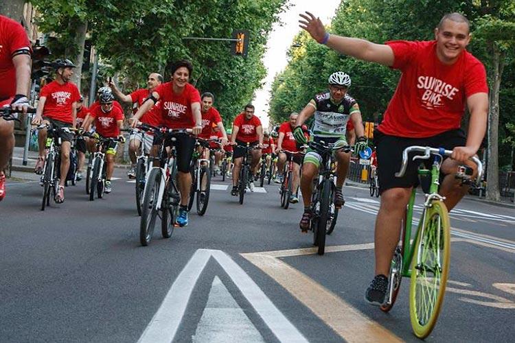 ciclisti durante un'edizione della sunrisebike ride
