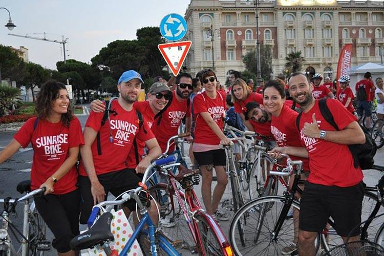 giovani pedalano all'alba tra i monumenti in un'edizione della sunrise bike ride
