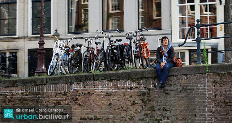 ciclista attende arrivo di Uberbike