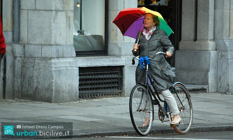 Una donna in bicicletta medita se chiamare UberBike