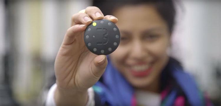 Una ragazza mostra il campanello per biciclette con navigatore satellitare gps incorporato Blubel
