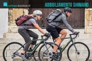 due ciclisti urbani indossano capi della nuova linea di abbigliamento Shimano Transit