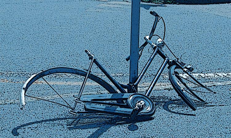 Una bicicletta depredata di sellino e ruote dai ladri