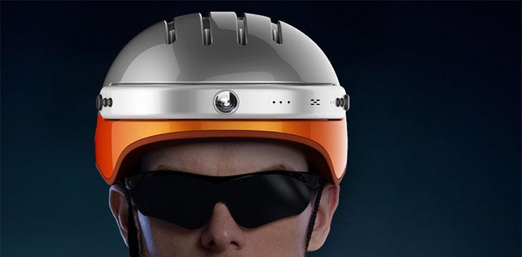 Un casco smart per ciclisti e sportivi Airwheel C5 indossato da un uomo