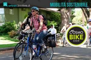 Cicliste pedalano in città promuovendo la mobilità sostenibile