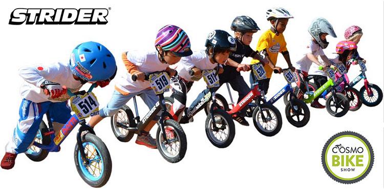 Bambini in sella a bici senza pedali Strider