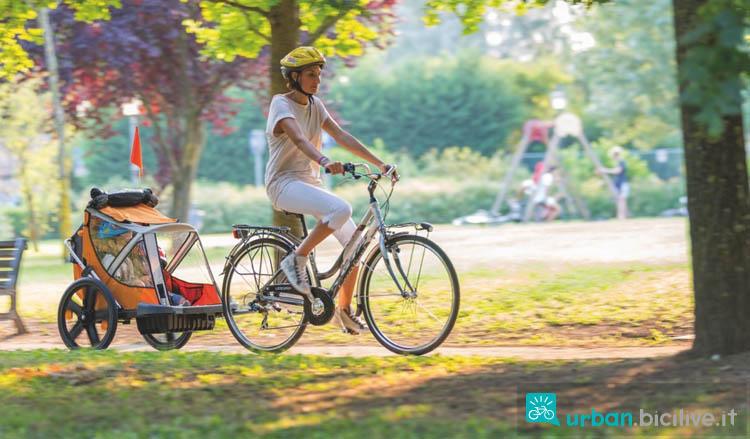 Carrellino bici durante giro in bici al parco con la mamma
