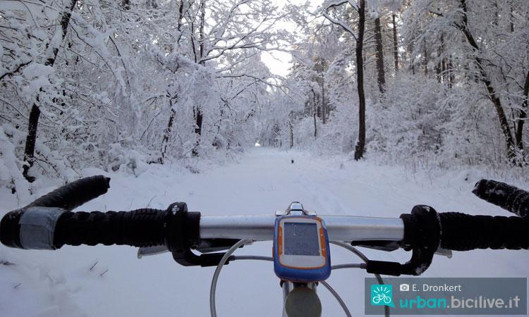 una bicicletta con gps percorre un sentiero innevato