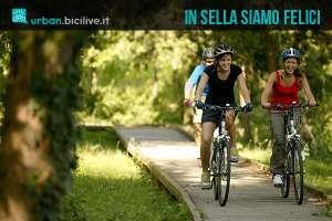 Persone felici mentre pedalano in sella a una bici