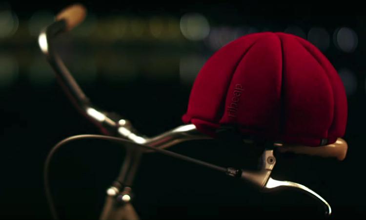 una bicicletta con un cappello protettivo ribcap tucano urbano
