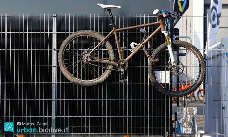 bici legata a una ringhiera con una catena