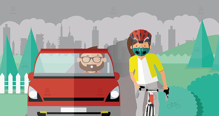una ciclista pedala nel traffico indossando una mascherina antismog