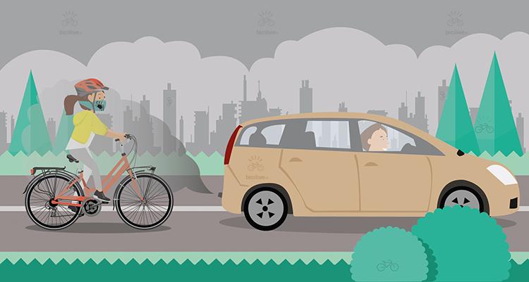 una ciclista indossa una maschera contro l'inquinamento in città