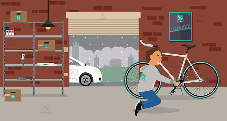 un ciclista lubrifica la propria bici prima di un'uscita con la pioggia