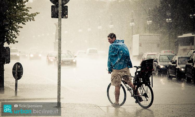 ciclista sotto un diluvio con una giacca antipioggia