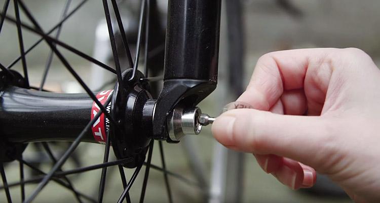 montaggio su una ruota dell'antifurto hexlox