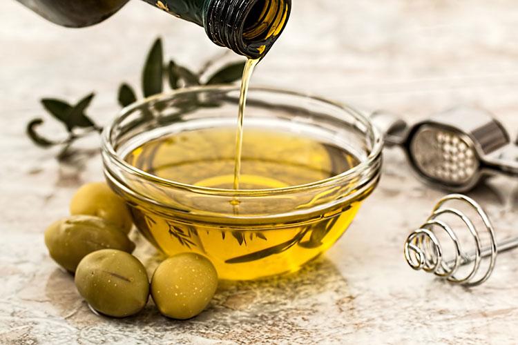 Olio d'oliva raccolto in una bacinella