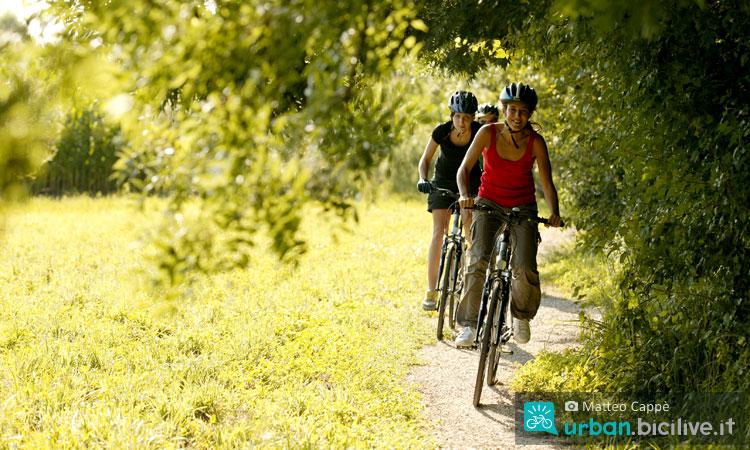 cicliste pedalano al parco
